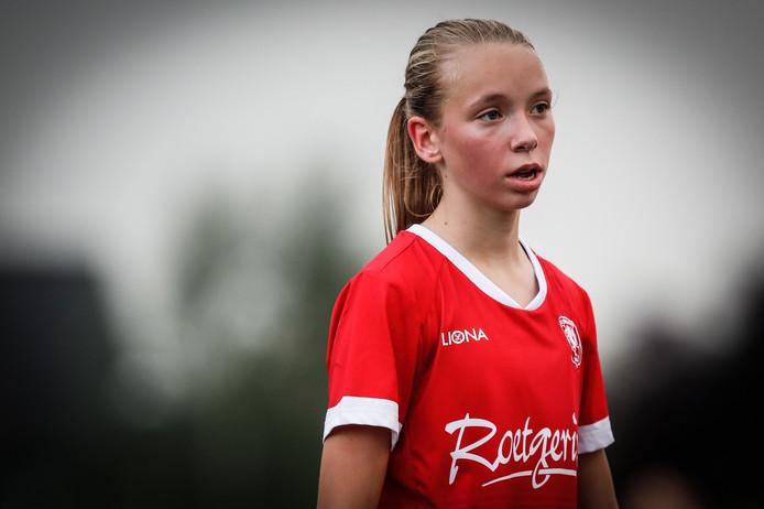 De pas 16-jarige Ella Peddemors uit Enschede kreeg tegen Wolfsburg een kwartier speeltijd.