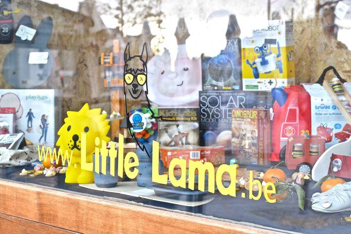 Aan het raam van café St. Georges kan je een stukje van het aanbod van Little Lama ontdekken.