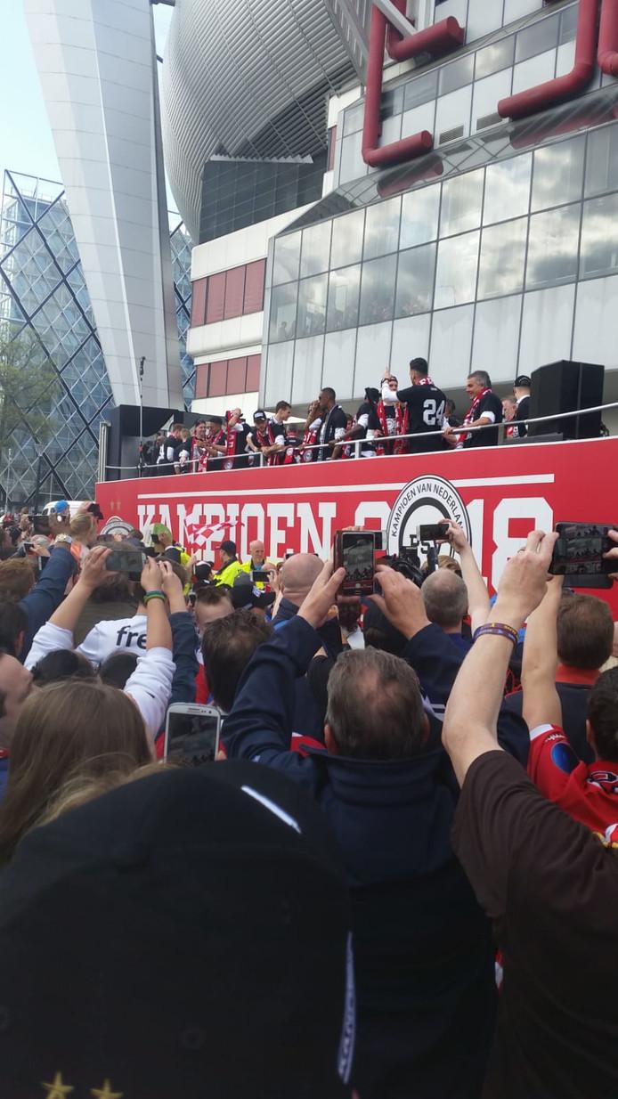 De platte kar met spelers bij het stadion.