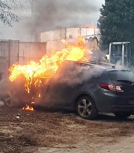 Auto brandt volledig uit in Hardenberg