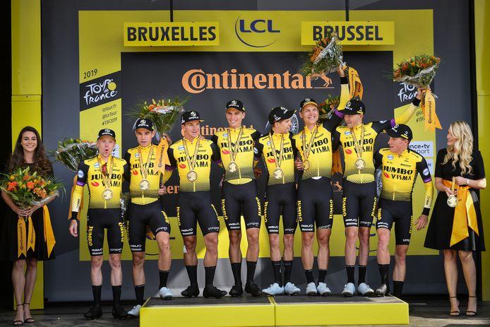 Het team van Jumbo-Visma viert feest na de gewonnen ploegentijdrit in de Tour de France.