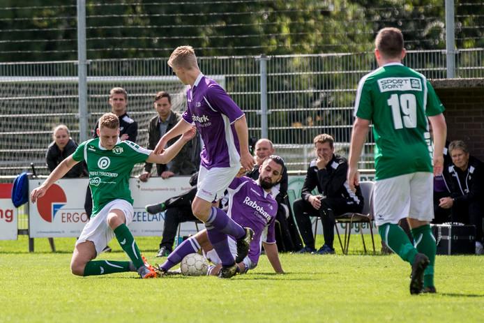 Bruse Boys (paarse shirts) hoeft komend seizoen maar één ploeg onder zich te houden om niet direct te degraderen uit de eerste klasse.