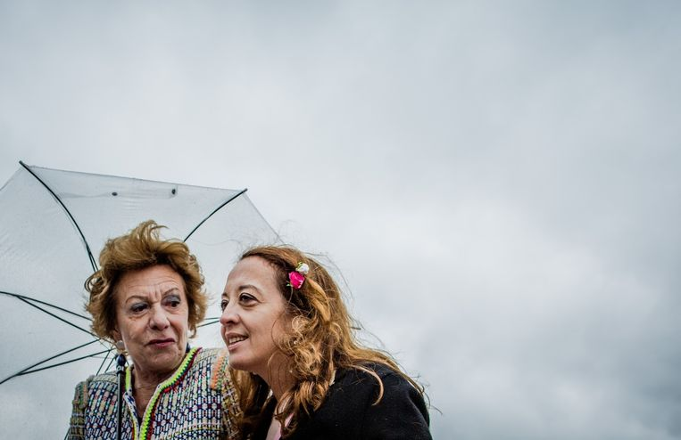 Ebru Umar ontmoet politica Neelie Kroes tijdens de Libelle Zomerweek. Beeld anp