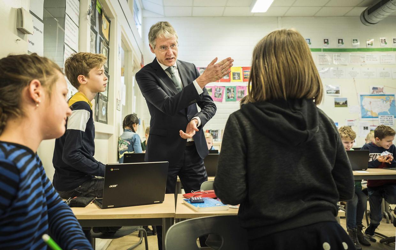 Minister Slob eind januari in gesprek met leerlingen op basisschool De Schatgraver in Zwolle. Tijdens de nationale lerarenstaking bezocht de minister meerdere scholen om werknemers te spreken over het personeelstekort en de werkdruk.  Beeld ANP