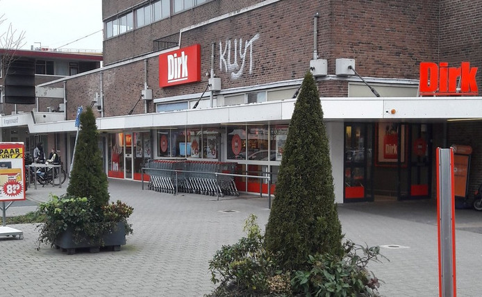 Gecombineerd met de naam van de Krimpense supermarkt staat er nu 'Dirk Kuyt'.