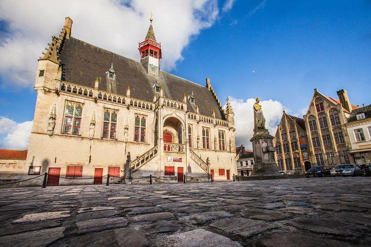 De bankautomaat is gevestigd in het historisch stadhuis van Damme