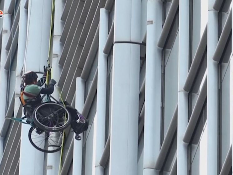 L'incroyable ascension d'un grimpeur paraplégique à Hong Kong