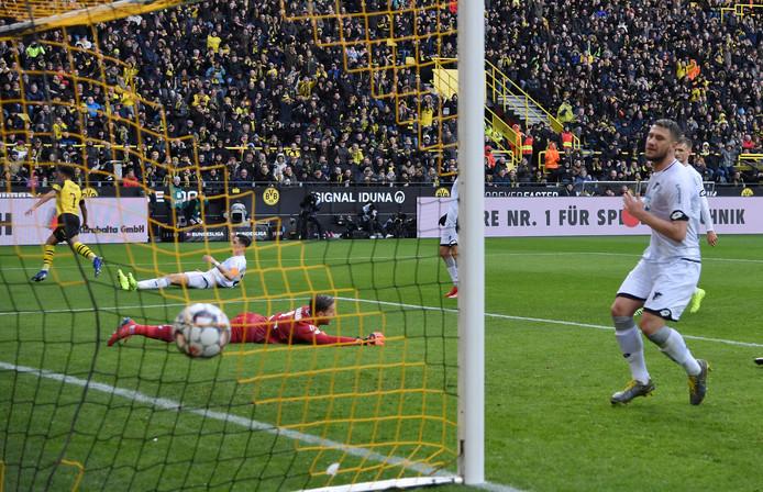 Toen er nog niets aan de hand was voor Dortmund: Jadon Sancho (l) heeft de koploper op 1-0 gezet.