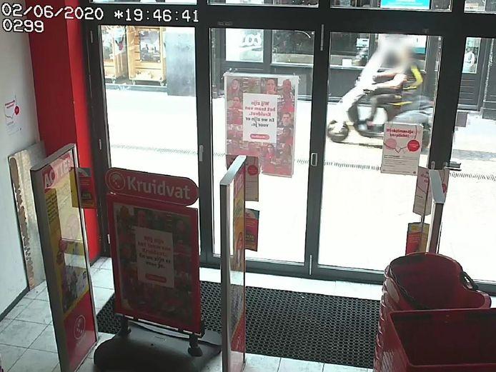 Beelden van een bewakingscamera waarop een scooterrijder te zien is die een wijkagent heeft aangereden.