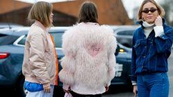 """Waarom veren in de mode minstens even erg zijn als bont: """"Het is onnodig, wreed en zeker niet ethisch"""""""