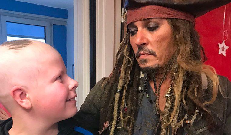 De enige echte Jack Sparrow bezocht de kinderen in een ziekenhuis in Parijs.