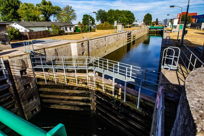 De sluisdeuren in de Deventer haven zijn vanwege de lage waterstand van de IJssel per direct gesloten. Dit betekent schepen de haven niet in of uit kunnen.