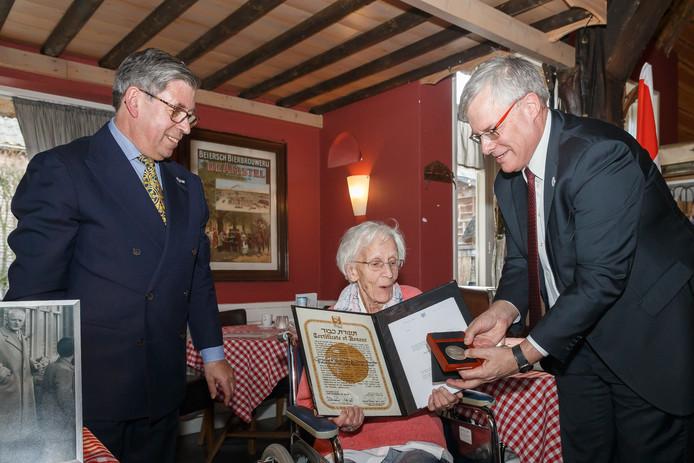 Coby Blom ontvangt de Yad Vashem onderscheiding. Ze kreeg de onderscheiding en getuigschrift uit handen van (l-r) voorzitter van de Joodse Gemeente David Simon en de Israëlische ambassadeur in Nederland Naor Gilon.