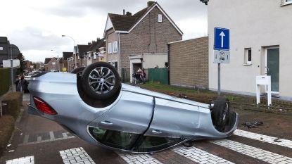 Auto op zijn dak na ongeval in Boom