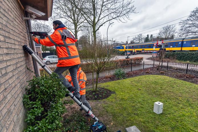 In Dorst zijn begin dit jaar  tegen de gevel van een huis vlak aan de spoorwegovergang sensoren en een camera geplaatst. De bedoeling is een jaar lang bij te houden welke trillingen door welke treinen veroorzaakt worden.