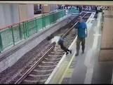 Chinees duwt schoonmaakster op metrorails