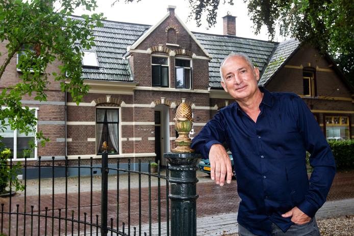 Wijhenaar Gerard Logen woont al 28 jaar in het geboortehuis van Conny Stuart. Dat er een plaquette ter ere van haar aan de gevel komt, vindt hij 'heel bijzonder'.