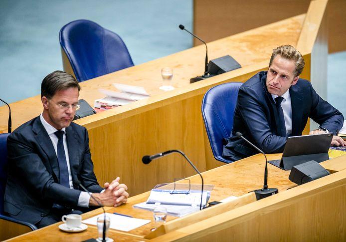Premier Rutte (links) en coronaminister Hugo de Jonge (rechts) tijdens het Kamerdebat over de crisis