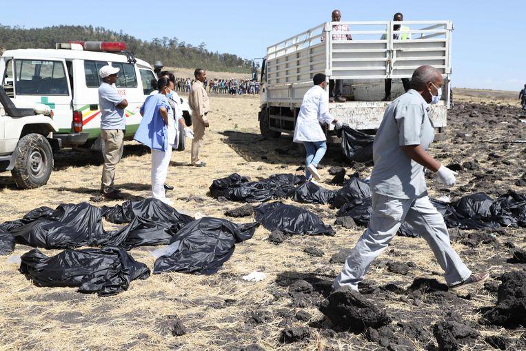 Reddingswerkers bergen de lichamen van slachtoffers in Bishoftu, waar het toestel van Ethiopian Airlines neerstortte. Beeld AFP