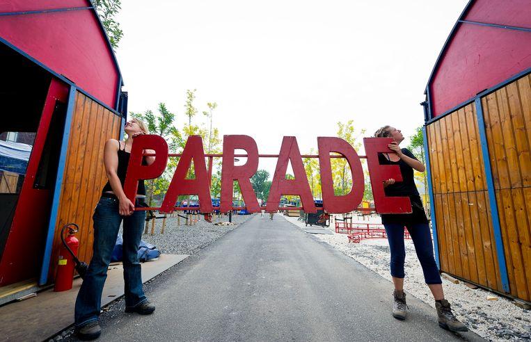 Bij de ingang van De Parade wordt het logo opgehangen. Beeld ANP / Valerie Kuypers