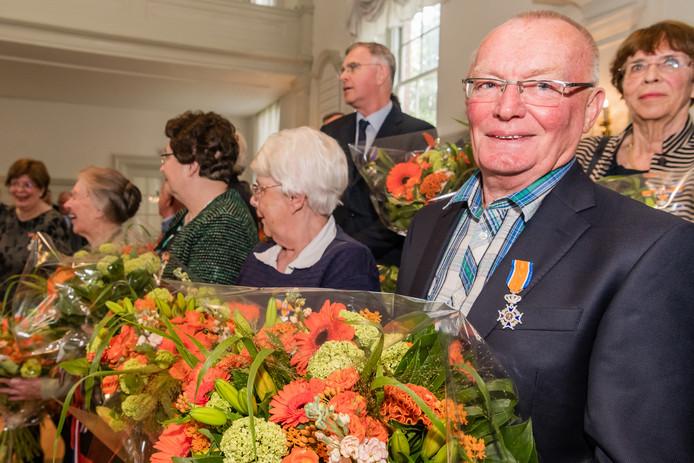 Hans Steenhuizen, Lid in de Orde van Oranje Nassau was totaal verrast door zijn benoeming. In Zeist had burgemeester Koos Janssen bijna 2 uur nodig om 15 onderscheidingen te vergeven de decorandi.