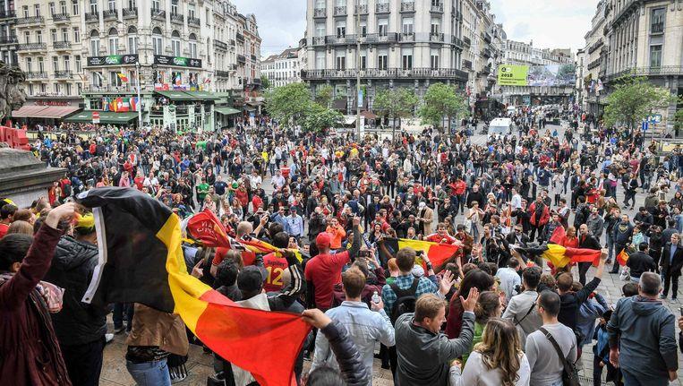 Feestende Belgen op een plein in Bordeaux Beeld anp