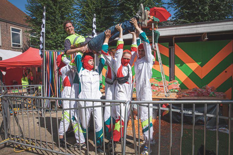 Het stuntteam heft de burgemeester in de lucht