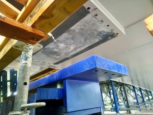 Tussen het oplegtoestel (in blauw) en de meest recent gegoten betonstrook gaapt nu een gat van een halve meter.