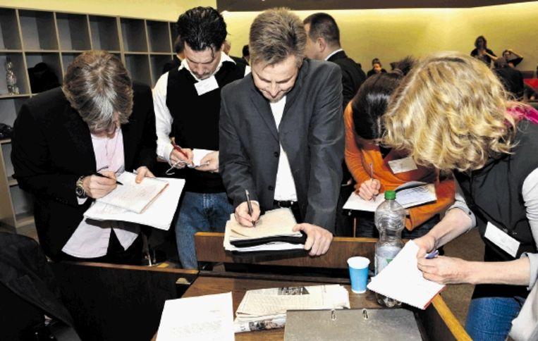 Journalisten noteren in MÃ¿nchen het laatste nieuws: rechter Ralph Alt meldde gisteren dat Demjanjuk volgens de dokter koorts had die maar bleef stijgen, ook na toediening van medicijnen. (FOTO AP) Beeld