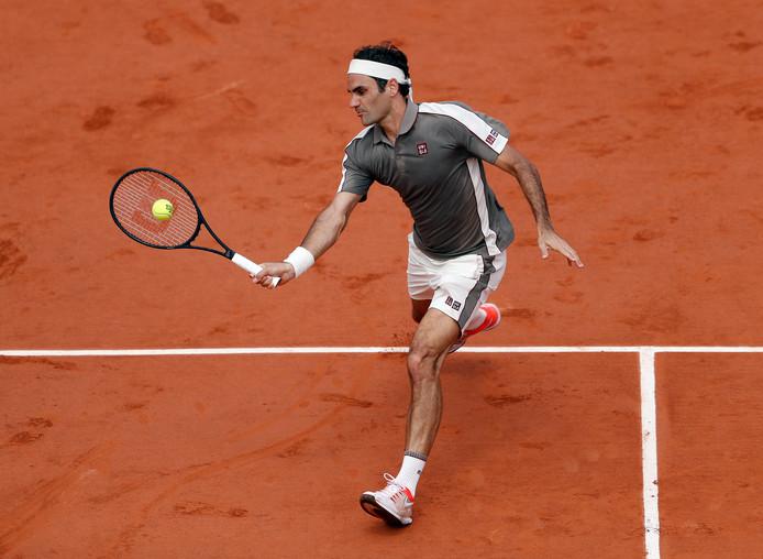 Roger Federer in actie in Parijs in 2019.