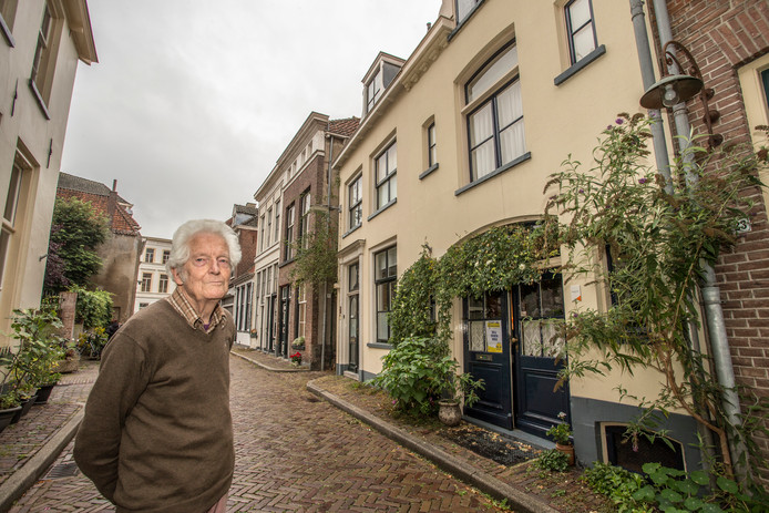"""Herman Hol voor zijn huis. ,,Ik vind het wel leuk wat te vertellen en mensen het huis te laten zien."""""""
