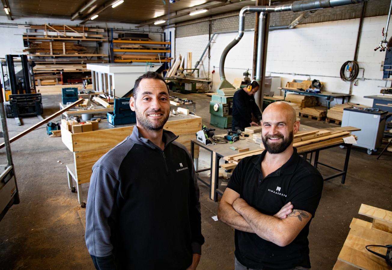 Eigenaren Sill Paridaans  en Twan Krekels (rechts) van Timmerbedrijf De Maackers in Bladel hebben medewerkers met een afstand tot de arbeidsmarkt.