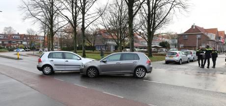 Automobilist negeert in Zwolle stopteken en moet naar ziekenhuis na botsing met politie