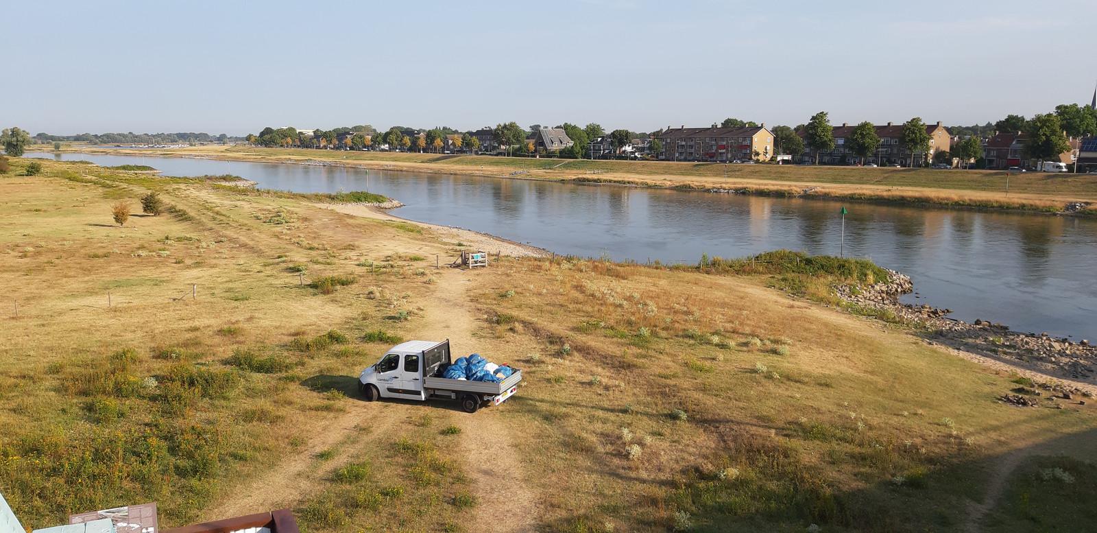 Deel van de landtong langs de IJssel, waar het afval donderdagmorgen vroeg wordt afgevoerd.