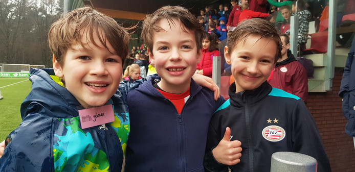 Jelmer,  Camiel en Sjoerd hebben vooral zin om te voetballen bij het Trainingscomplex van PSV.