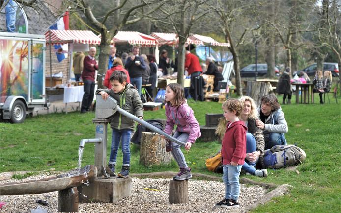 Ook de kinderen kwamen aan hun trekken bij het Lentefeest in het Renkums Beekdal. Op de achtergrond de kraampjes voor de volwassenen.