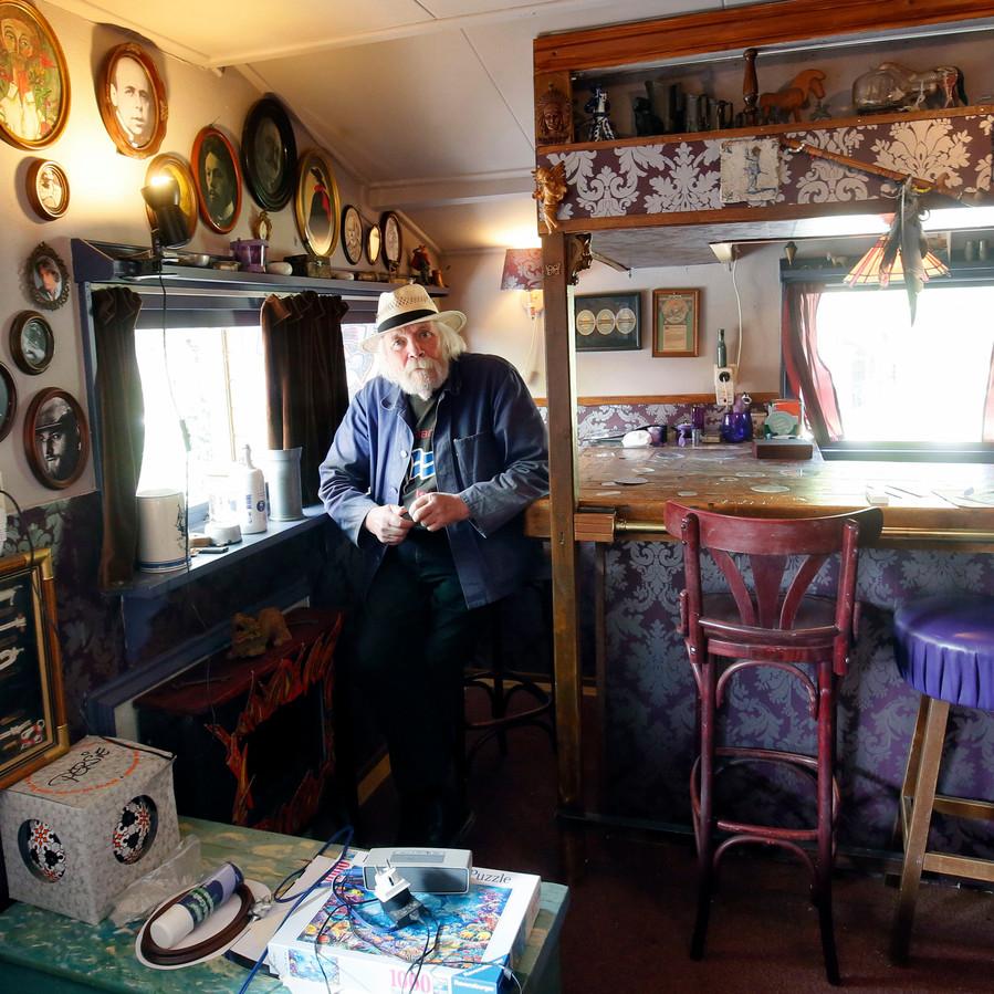 Peter Blanker in de bar. ,,Die hadden we al op de Shetlandeilanden en met al onze verhuizingen door de jaren heen hebben we die bar meegenomen.''