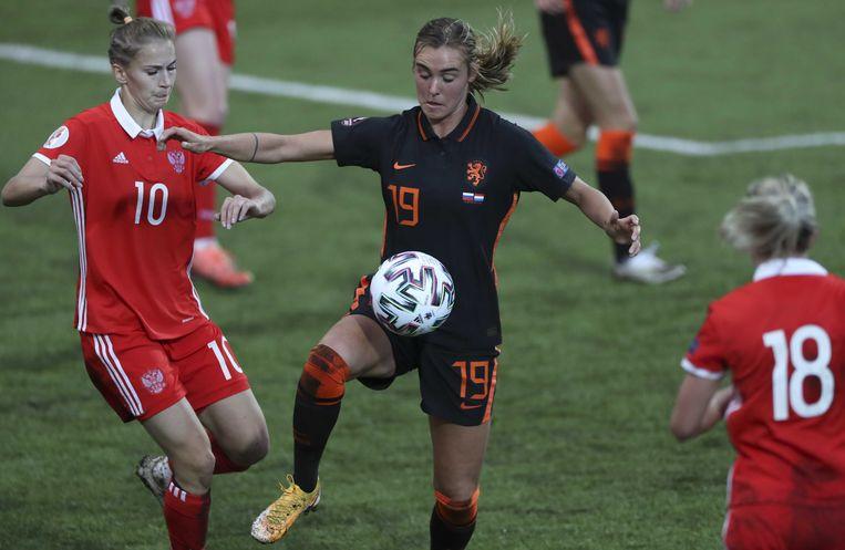 Nadezhda Smirnova van Rusland in actie tegen Jill Roord van Nederland tijdens een kwalificatiewedstrijd voor het EK in 2022.  Beeld ANP