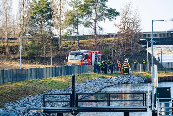 Voorbijganger vindt overleden persoon in Tilburgs kanaal