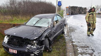 Franse trucker misrekent zich aan asverschuiving en kantelt op personenwagen