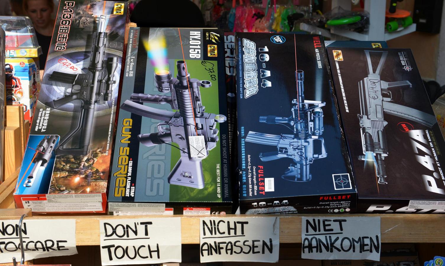 in Italië zijn speelgoedwapens niet van echte wapens te onderscheiden