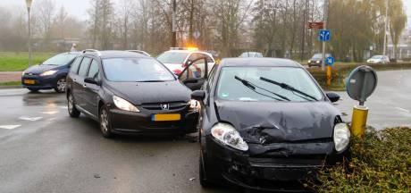 Auto's botsen in Arnhem: veel schade, maar geen gewonden