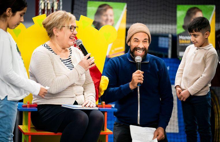 Kinderboekenambassadeur Manon Sikkel en Abdelkader Benali in Den Haag. Beeld Freek van den Bergh / de Volkskrant