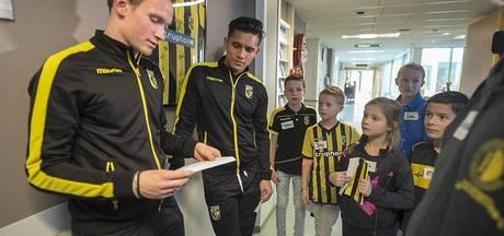 Voetballers Vitesse op visite bij zieke kinderen in Rijnstate