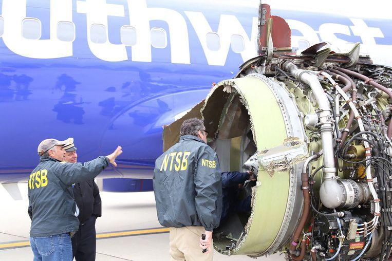 Experts onderzoeken de ontplofte motor.