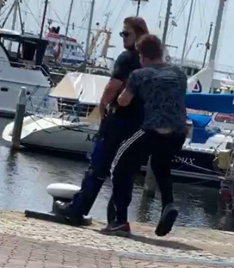 Politie pakt vier mannen op voor in water duwen boa op Urk
