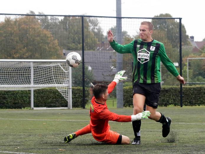 Quirijn Schevenhoven (rechts) miste namens WVV'67 een kans in de tweede helft op de 0-2. (archieffoto)
