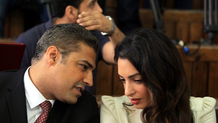 Al-Jazeera journalist Mohamed Fahmy en zijn advocaat Amal Clooney in augustus. Beeld EPA