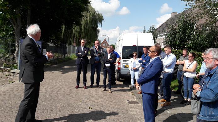 Toespraken in Maalderijstraat Oosteind bij de bouw van de Nul Op de Meter woningen. Thuisvesterdirecteur Johan Westra spreekt wethouder Marcel Willemsen, toekomstige bewoners en andere betrokkenen toe.