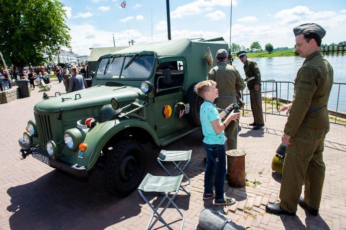 Bezoekers kunnen op de IJsselkade diverse militaire voertuigen bezichtigen en lopen langs stands van militaire instanties op de jaarlijkse Zutphense Veteranendag.